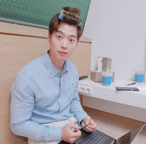 <p>Actor Kim Jae Won boasted a handsome face.</p><p>Kim Jae Won told his SNS on the afternoon of 12th, I thank you for the end of the V-appli meeting and I thank you. # Han Gan Oo Style # Separate Uncle # 10 million people s picture with a sentence.</p><p>Kim Jae Won in the photo boasts a cute charm by wearing a heol on the head. In another picture, I gazed at the viewer while looking at the camera.</p><p>Kim Jae Won undertakes the role of Hanganoru on the first broadcast on the coming 14th If it seems to be said to her Nam Sang-mi and [Photo] Kim Jae Won SNS</p><p>Kim Jae Won SNS</p>