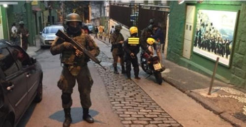 리우 남부 빈민가에서 군인들이 검문검색을 하고 있다. [브라질 뉴스포털 UOL]