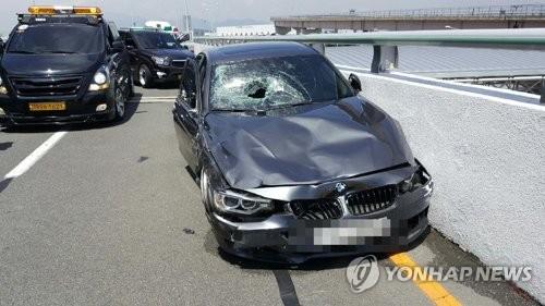 김해공항 BMW 질주사고 영상 공개…피해자 이틀째 의식없어 [부산지방경찰청 제공=연합뉴스]
