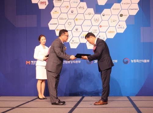 DK도시개발의 김정태 상무(오른쪽)가 '2018 소비자평가 국가대표브랜드 대상' 도시개발부문 대상을 수상 중이다. © News1