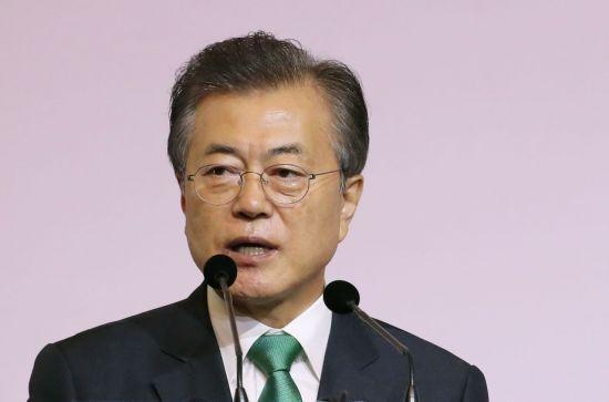 싱가포르를 국빈 방문 중인 문재인 대통령이 13일 오전(현지시간) 오차드 호텔 그랜드볼룸에서 열린 '싱가포르 렉처'에서 '한국과 아세안 : 동아시아 평화와 번영을 위한 상생의 파트너'를 주제로 연설하고 있다. 사진=연합뉴스