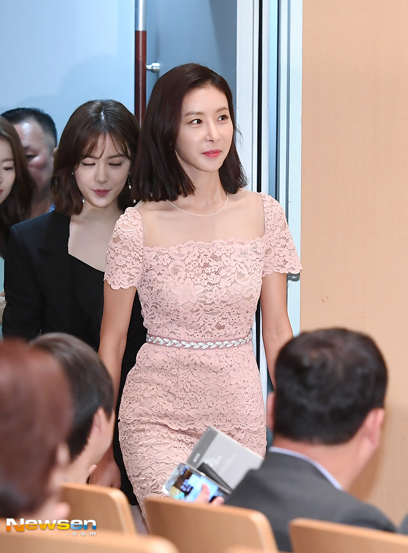 <p>SBS New weekend drama If it seems to her the production presentation took place on Saturday Sunday, July 13, Seoul Yokogawa Ward.</p><p>Actor Han Eun-jung this day participated.</p><p>Meanwhile, Nam Sang-mi Kim Jae-won Cho Hyun Jae and Lee Mi-soo Han Eun-jung appear If it says to her, (Directing Bakugimyeol, screenwriter Bak-Hui) lives a life to live It was a sweet murdering mystery melodrama that women who just ran out of surgery but lost their memories because of aftereffects of surgery are fragmented and expanded puzzles of memory together.The first broadcast at 9:05 pm on July 14th.</p>