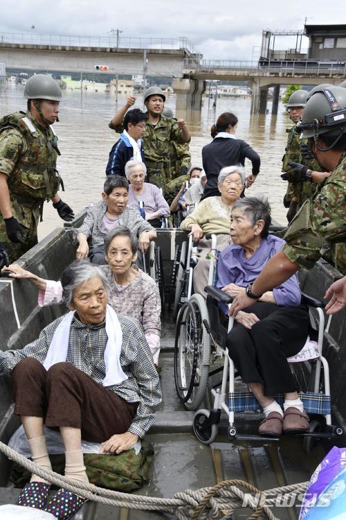 【구라시키=AP/뉴시스】폭우가 쏟아진 일본 오카야마 현 구라시키 시에서 8일 노인들이 구조되고 있다. 2018.07.08.