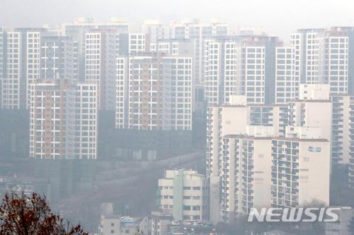 【서울=뉴시스】박진희 기자 = 올해 서울 강남에서 불기 시작한 부동산 오름세가 한강을 넘어 이른바 '마·용·성'으로 불리는 마포구, 용산구, 성동구의 강북으로 확대되며, 한강변 지역의 주요 아파트가격이 초강세를 보이고 있다. 사진은 16일 '마·용·성' 지역의 한 곳인 성동구 한강변 지역의 아파트가 초미세먼지 영향으로 뿌옇게 보이고 있다. 2018.01.16.pak7130@newsis.com