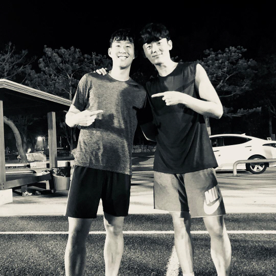 <p>On the 15th, Lee Ji-hoon posted a photo on his own SNS with the sentence very motoitou! Funmin! Everything well solved!</p><p>Lee Ji-hoon and Son Heung-min in the picture are standing on the lawn in a light jersey shape, like having enjoyed soccer together. Both of us are warm and smiling.</p><p>Son Heung-min is returning home after the Russian World Cup in 2018, Ryu Jun-yeol - Kim Jung-soo etc. Lee Ji-hoon is appearing in KBS 2 Great Inheritance.</p>