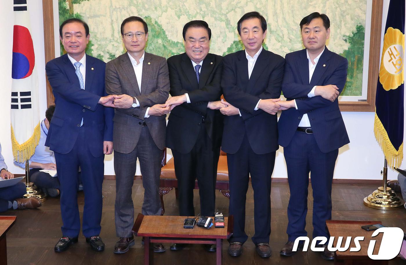 문희상 의장-여야 원내대표 첫 회동..7월 국회 협의