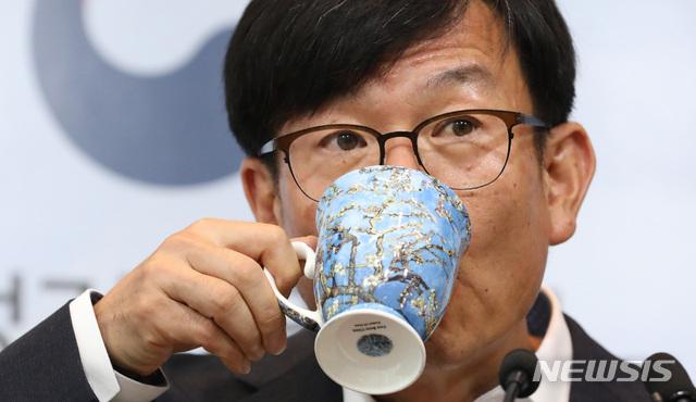 물 마시는 김상조 공정위원장