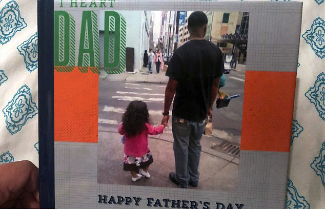 알렉사는 아버지 날을 맞이해 거스와 함께 찍은 사진들을 엮어 하나의 사진첩을 만들었다.
