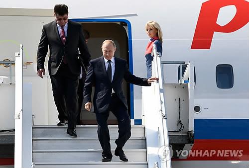 블라디미르 푸틴 러시아 대통령(가운데)이 16일(현지시간) 도널드 트럼프 미국 대통령과 정상회담을 앞두고 핀란드 헬싱키 공항에 도착해 비행기에서 내리는 모습.[AFP=연합뉴스]