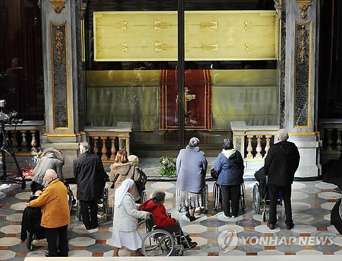 예수의 시신을 감싼 수의로 알려진 예수 성의가 보관된 이탈리아 토리노 대성당에서 기도하고 있는 신자들 [EPA=연합뉴스]