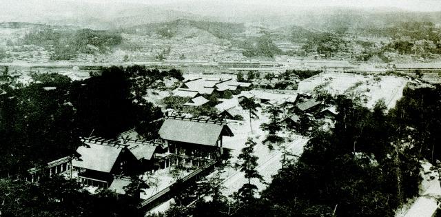 남산 북서쪽 사면에 대규모로 들어섰던 조선신궁(현재 남산 식물원 일대)의 전경. <한겨레> 자료 사진.