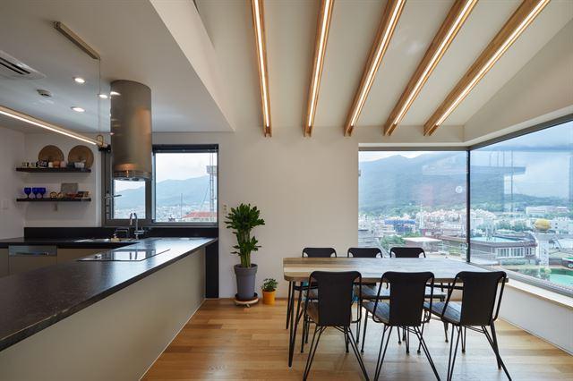 4층 주인집 거실. 서쪽으로 북한산 인수봉이 정면으로 보인다. 노경 건축사진작가