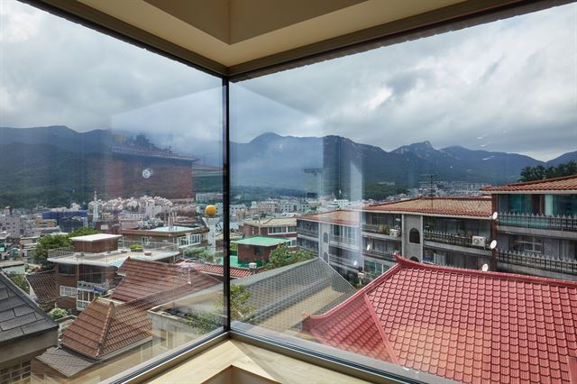TV를 포기하고 만든 2개의 창으로 북한산에서 도봉산까지 연결되는 능선이 한눈에 담긴다. 노경 건축사진작가