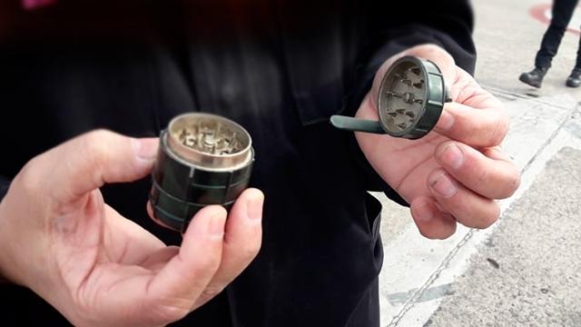 수류탄 닮은 마리화나 분쇄기 탓 아르헨티나 공항 대피 소동
