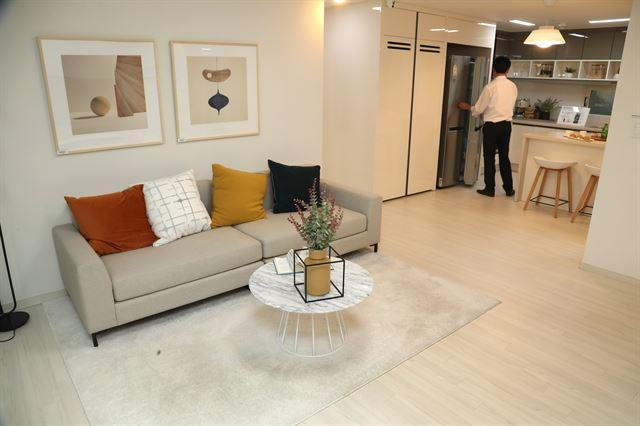서울 강남구에 마련된 신혼희망타운 견본주택을 한 시민이 둘러 보고 있다. 연합뉴스