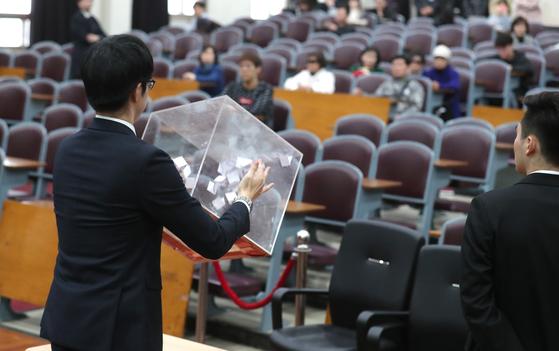 지난 3월 28일 박근혜 전 대통령 국정농단 사건 1심 선고 공판 방청권 추첨이 진행되는 모습. 최승식 기자