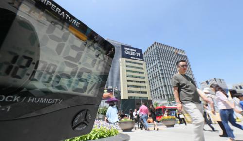 전국적으로 폭염특보가 계속되고 있는 19일 오후 서울 광화문 광장에서 온도계가 강하게 내려쬐는 햇볕과 바닥에서 반사되는 열 등으로 인해 43.1도를 기록하고 있다. 온도는 시중에서 판매하는 디지털 온도계를 사용해 지상 50cm에서 10분 가량 노출 시킨 뒤 측정하였다.
