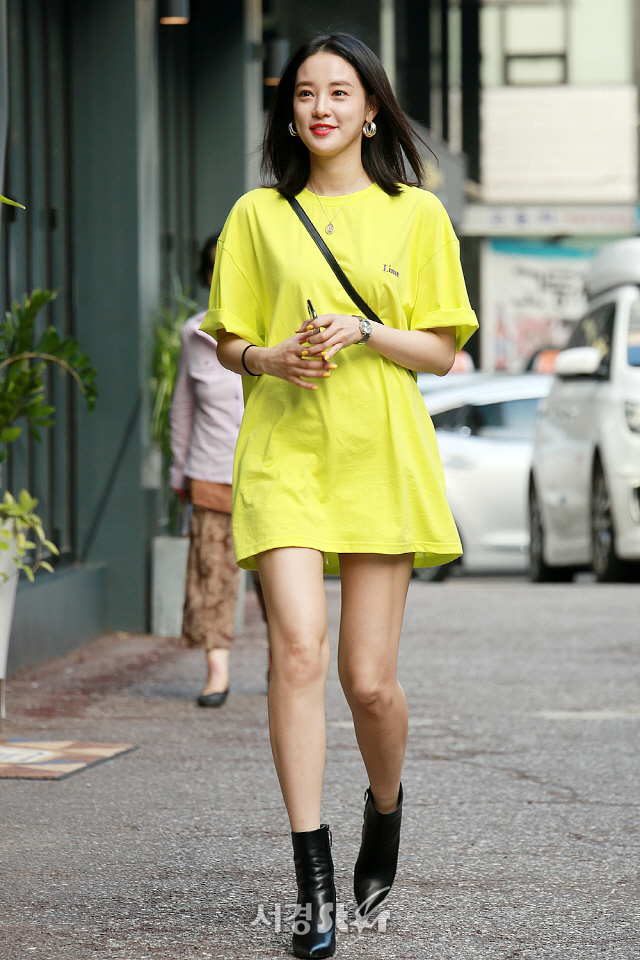 <p>Actor Lee Joo - yeon is taking a pose by participating in SBS Mizuki drama Hunnam Chung Party with staff.</p>