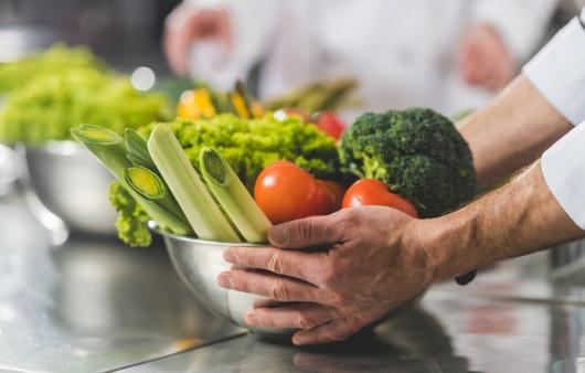 채소를 조리하는 모습