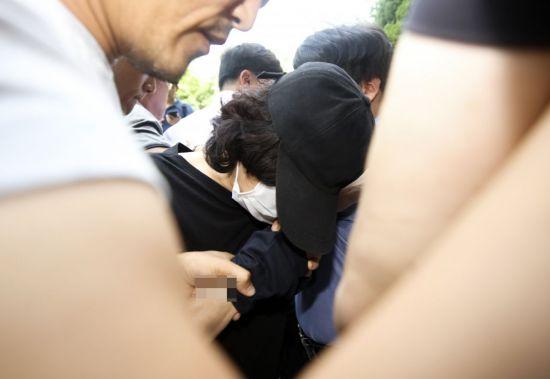 화곡동 어린이집 영아 사망 사건 관련 긴급체포된 보육교사 김모씨가 구속 전 피의자 심문(영장실질심사)을 받기 위해 양천구 서울남부지법으로 들어서고 있다.사진=연합뉴스