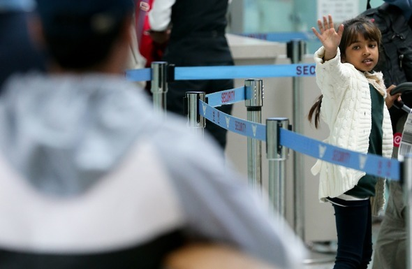 2013년 5월8일 인천공항을 통해 한국을 떠나는 마히아의 모습을 실은 이날치 <한겨레> 사진. 인천공항/김정효 기자 hyopd@hani.co.kr