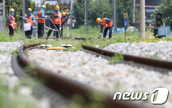 19일 코레일 직원들이 서울 용산구 서빙고역의 선로 위에서 도상자갈을 보충하고 있다. /사진제공= 뉴스1