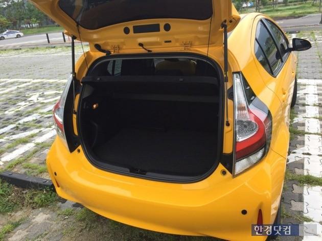 트렁크 공간은 넉넉하지 않아 성인 2명이 여행을 떠난다면 뒷자석은 짐칸으로 사용하면 된다.