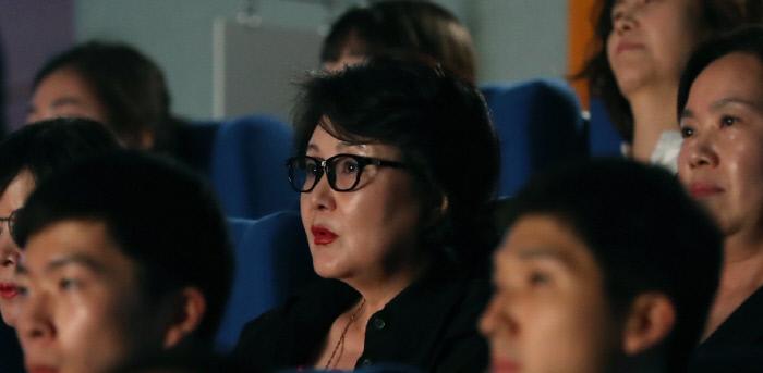 김정숙 여사, 靑 직원들과 '위안부' 소재 영화 관람