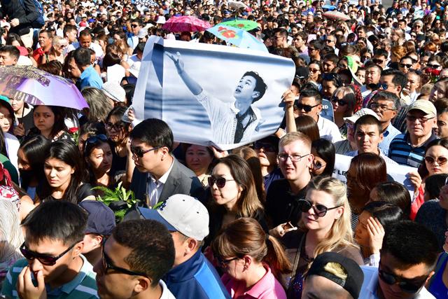 21일 카자흐스탄 알마티의 발루안 숄라크 스포츠센터에서 열린 카자흐스탄의 피겨스케이팅 영웅 데니스 텐의 장례식에 수천 명의 시민이 몰려 애도했다. 데니스 텐의 현역 시절 모습을 담은 플래카드가 눈길을 끌었다. 다큐사진가 박종우 씨 제공