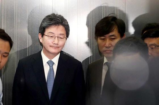 지난달 14일 유승민 바른미래당 공동대표(왼쪽)가 제7회 전국동시지방선거 참패에 대한 책임을 지겠다며 대표직에서 물러날 후 기자회견장을 떠나고 있다.
