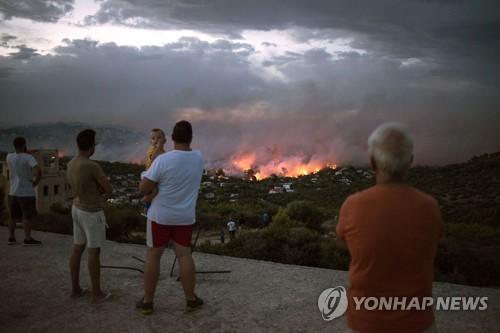 거대산불에 그리스 주민들 불안[AFP=연합뉴스]