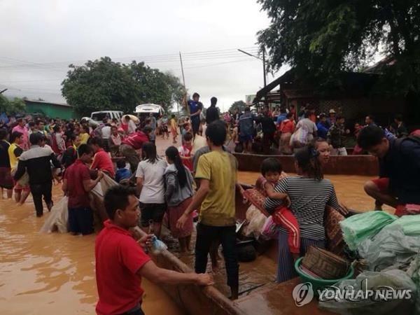 SK건설 참여 라오스 댐 붕괴…대피하는 주민들 (서울=연합뉴스) SK건설이 라오스에서 시공 중인 대형 수력발전댐의 보조댐이 붕괴해 주민 다수가 숨지고 수백 명이 실종하는 사고가 발생했다.       24일 라오스통신(KPL)에 따르면 전날 오후 8시께(현지시간) 라오스 남동부 아타프 주에 있는 세피안-세남노이 수력발전댐의 보조댐이 무너져 인근 6개 마을로 50억 ㎥의 물이 아래 6개 마을로 한꺼번에 쏟아졌다.       피해 지역 라오스 주민들이 보트로 긴급히 대피하고 있다.    [라오스통신 제공]      photo@yna.co.kr