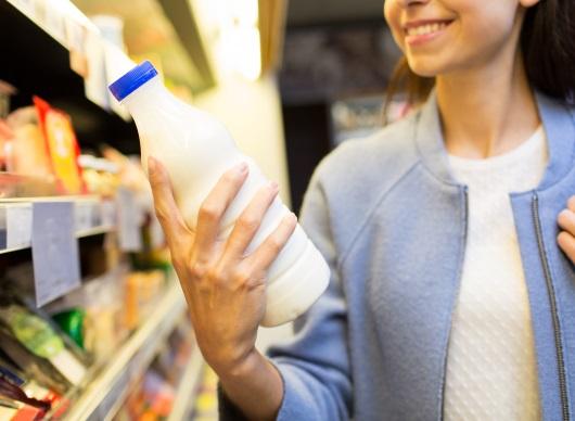 우유를 고르는 여성
