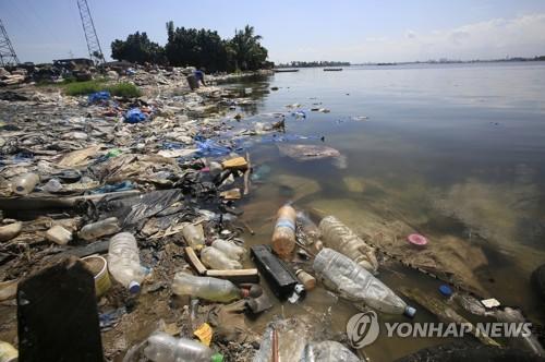 쓰레기로 뒤덮힌 아프리카 한 해안 [EPA=연합뉴스]