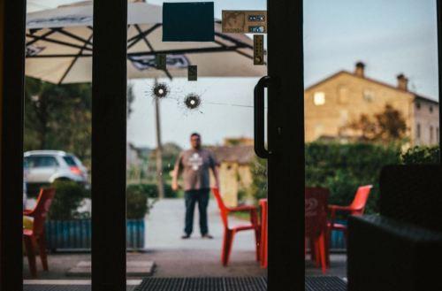 지난 2월3일 루카 트라이니가 총을 발사한 이탈리아 마체라타의 한 음식점의 모습. 뉴욕타임스