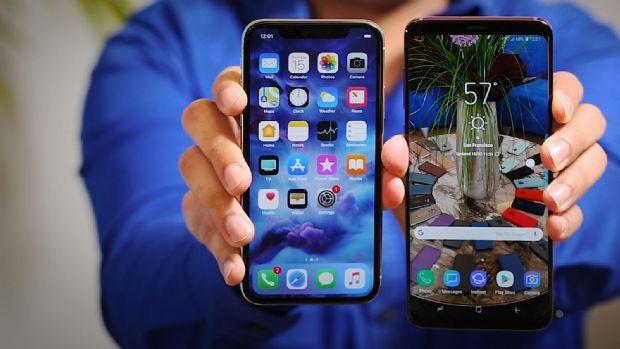 아이폰X(왼쪽)와 갤럭시S9