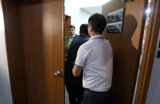 허익범 특별검사팀이 2일 오전 김경수 경남지사의 도청 집무실을 압수수색하고 있다. [연합뉴스]