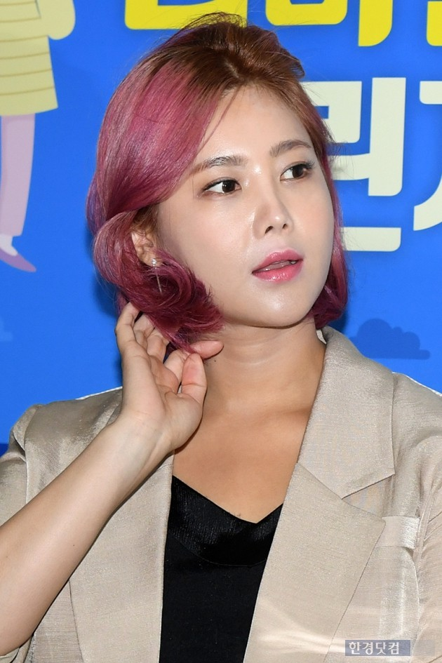 <p>Singer Solbi participated in the 2018 Campus Leba Frame Challenge Ambassadors commission ceremony held at Seoul Yeouido-dong Korea Circulating Resource Distribution Support Center on the morning of March 3 and is smiling</p>