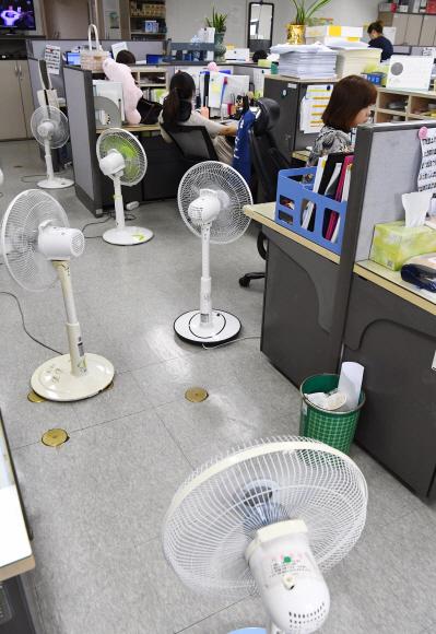 사무실마다 선풍기 진풍경 - 6일 서울 종로구 정부서울청사의 한 사무실에서 공무원들이 청사관리소가 설정한 냉방 온도가 너무 높아 개인용 선풍기로 더위를 식히고 있다. 안주영 기자 jya@seoul.co.kr