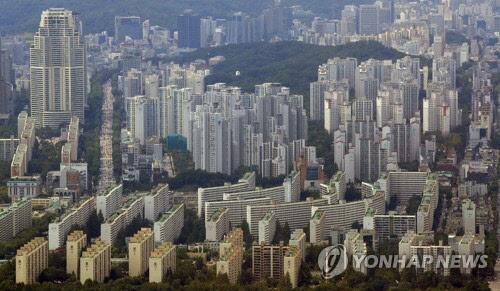 내년부터 주택 임대 소득이 연간 2000만원 이하인 사람도 과세 대상에 포함되는데 급여·주택 규모·가격에 따라 과세 금액이 최대 16배 차이 날 수 있어 주의가 요구된다. 사진은 서울 아파트 전경<연합뉴스>