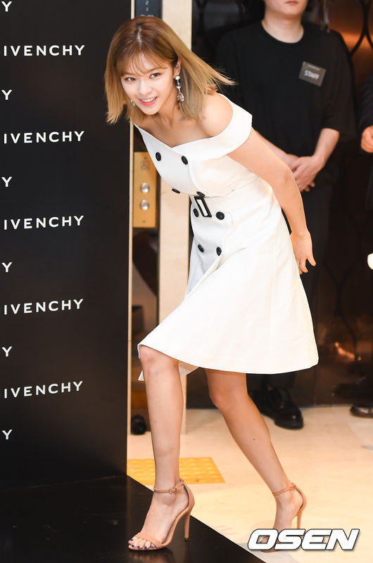 <p>On the morning of July 7, the girl group Lucky Twice orderly entered the brand Givenchy regular dealer store commemorative Chugai Travel which was held at one store in Seoul Hyundai Department Store Niimura store. /</p>