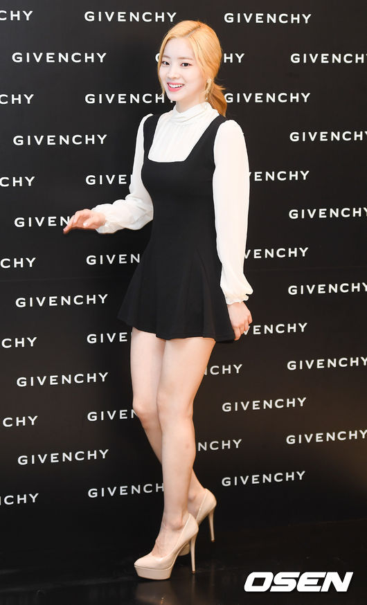 <p>On the morning of July 7, the brand Givenchy regular dealer store commemorative Chugai Travel held at one store in Seoul Hyundai Department Store Niimura store poses with the girl group Lucky Twice Najon regularly. /</p>