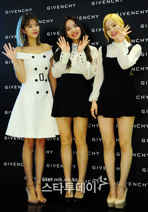 <p>On the morning of July 7, Lucky Twice who participated in the Givenchy Beauty photo event held at Hyundai Department Store in Seoul Shinmura, orderly, Na Young, multi strings have photo time.</p>