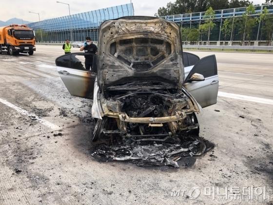 9일 오전 8시50분쯤 제2경인고속도로 인천방향 안양과천TG 인근을 지나던 BMW 320d 차량에서 화재가 발생했다. 사진은 화재가 발생한 BMW 320d./사진제공=BMW 운전자