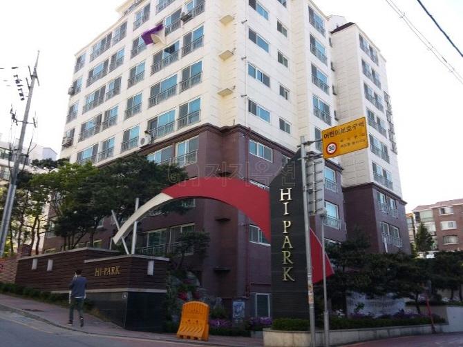 서울 관악구 남현동 경성연립주택 일대를 재건축해 지난 2010년 준공된 하이파크 아파트 전경. 전체 48가구가 경매에 넘어가 입주민(조합원)들이 이달까지 집을 비워줘야하는 상황에 놓였다. [사진=지지옥션]