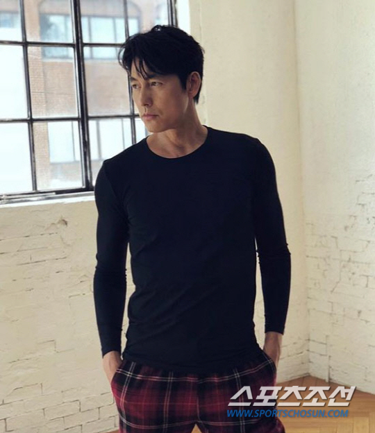 <p>On 10th Jung Woo-sung released a recent photo through his Instagram. Jung Woo - sung during the shooting of the gravure is watching a subtle eyes wearing a close - up black T - shirt.</p><p>Republic of Korea Representative Jung Woo-sung who feels actor-like aura exerts special power only with this one photograph.</p><p>Meanwhile, Jung Woo-sungs film Jin-Roh: The Wolf Brigade is on sale on July 25 and is showing acclaim.</p>
