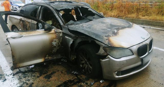 지난 9일 오전 7시50분께 경남 사천시 곤양면 남해고속도로에서 베엠베 730Ld 차량에 불이 나 전소했다. 경남경찰청 제공