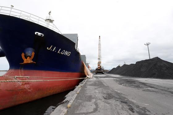 지난 7일 경북 포항신항 7부두에 정박한 진룽(Jin Long)호가 석탄을 하역하고 있다. [사진=연합뉴스]