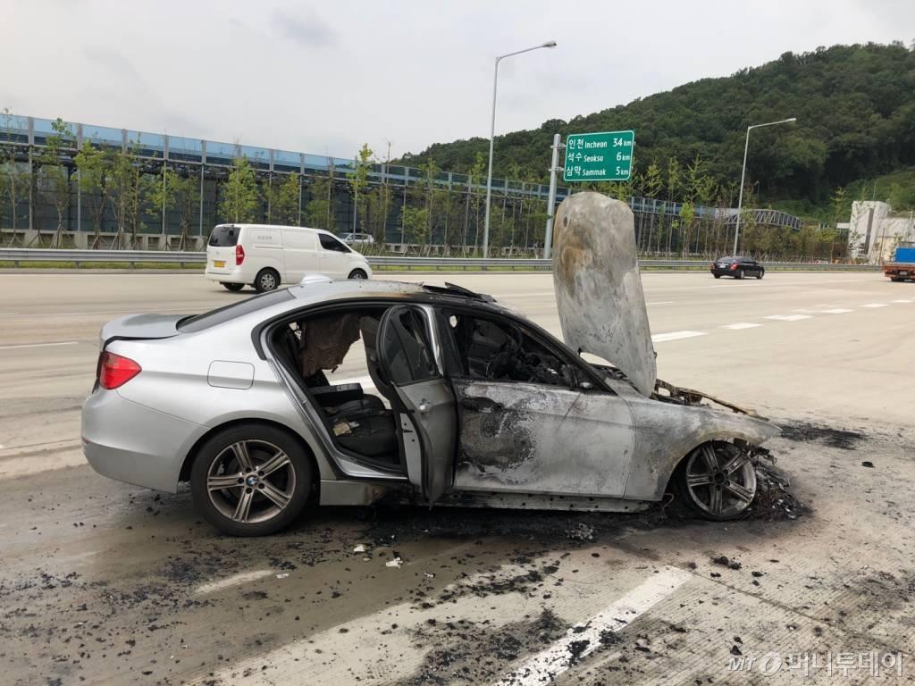 지난 9일 오전 8시50분쯤 제2경인고속도로 인천방향 안양과천TG 인근을 지나던 BMW 320d 차량에서 화재가 발생했다. 사진은 화재가 발생한 BMW 320d./사진제공=BMW 운전자