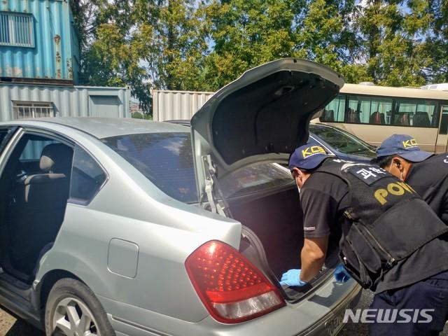 【천안=뉴시스】이종익 기자 = 지난 7일 충남 천안에서 2억 원을 현금 수송 차량에서 훔쳐 달아난 수송업체 직원 A(32)씨가 범행에 이용한 것으로 추정되는 승용차가 10일 오전 경기도 평택의 한 골목에서 발견됐다.  경찰이 이날 오후 A씨의 승용차를 천안서북경찰서로 옮겨와 감식하고 있다.  2018.08.10.  007news@newsis.com